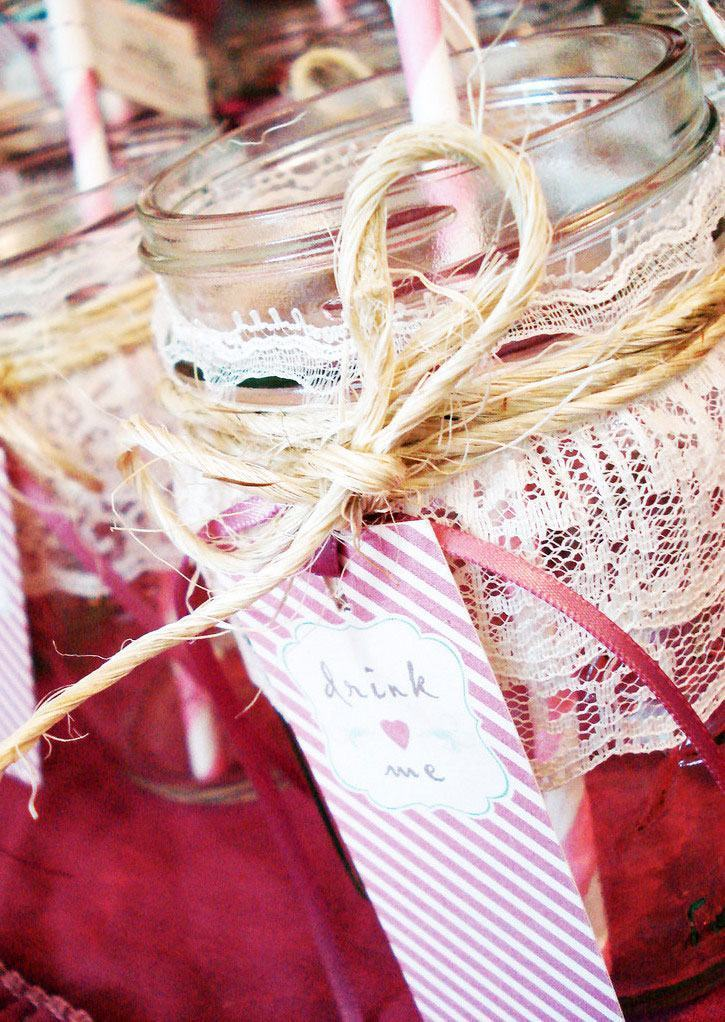 Frascos de vidro com renda e cordão