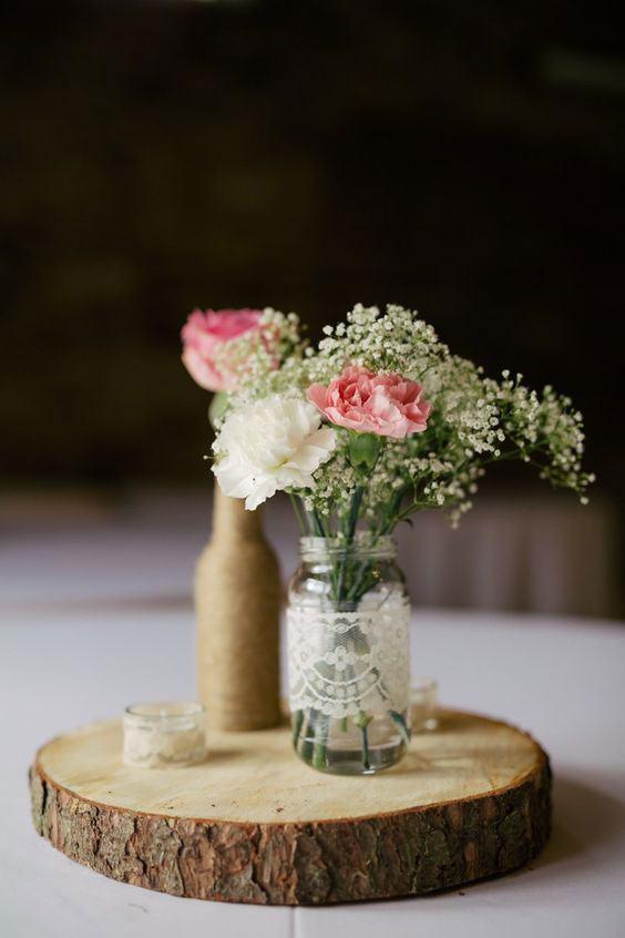 Vaso feito de frasco de vidro com tecido de renda