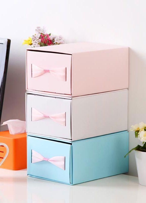 Reutilize as caixas de sapato para fazer gavetas coloridas com puxador de fita.