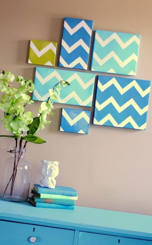 Uso criativo das tampas de caixa de sapato com papel contact para fazer um mosaico na parede.
