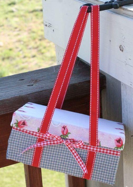 Exemplo de caixa decorativa com um toque feminino.