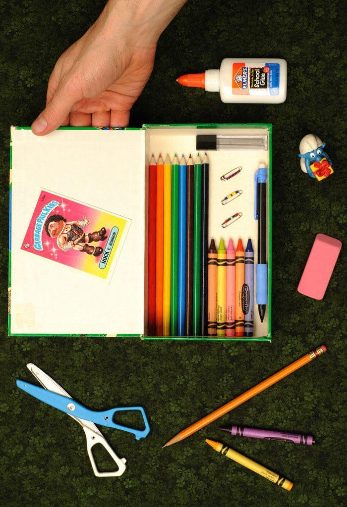 A caixa de sapato infantil foi adaptada para guardar lápis de cores e outros materiais escolares.