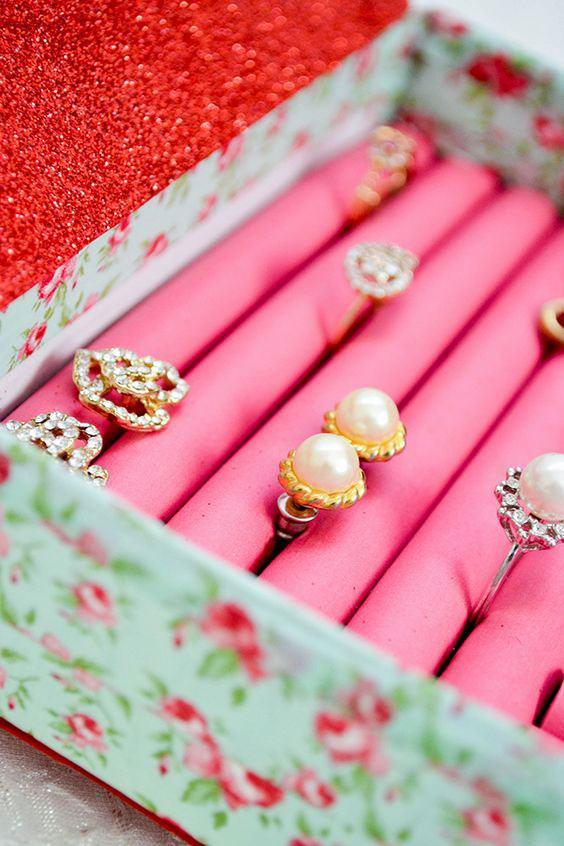 Porta bijuterias feito com caixa de sapato com papel florido.