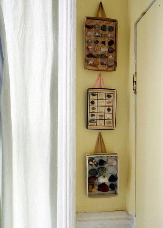 Enfeites de paredes feitos com caixa.