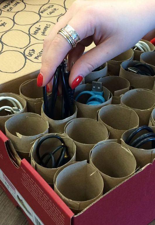 Combine a caixa de sapato com rolos de papel higiênico para guardar pequenos objetos.