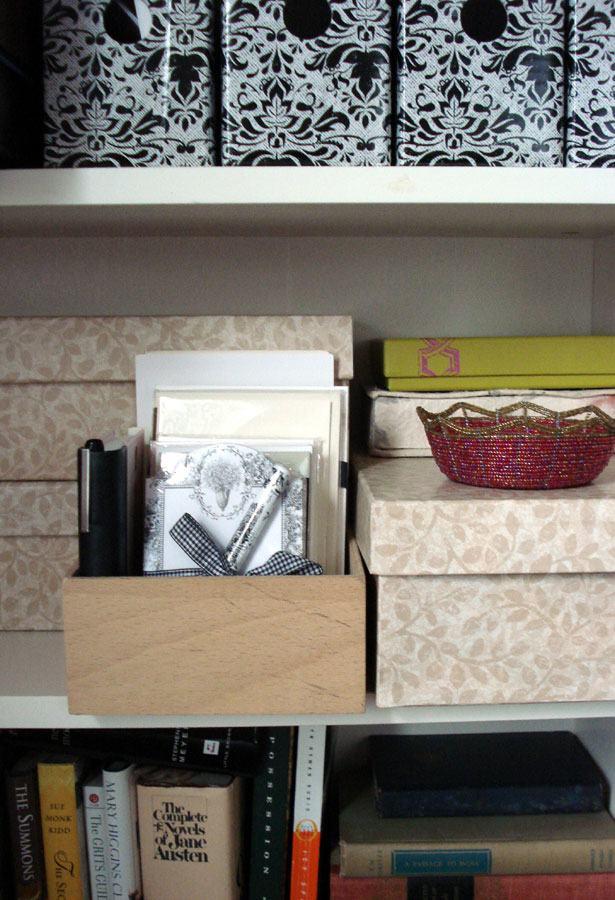 Caixas revestidas para organizar objetos nas prateleiras.