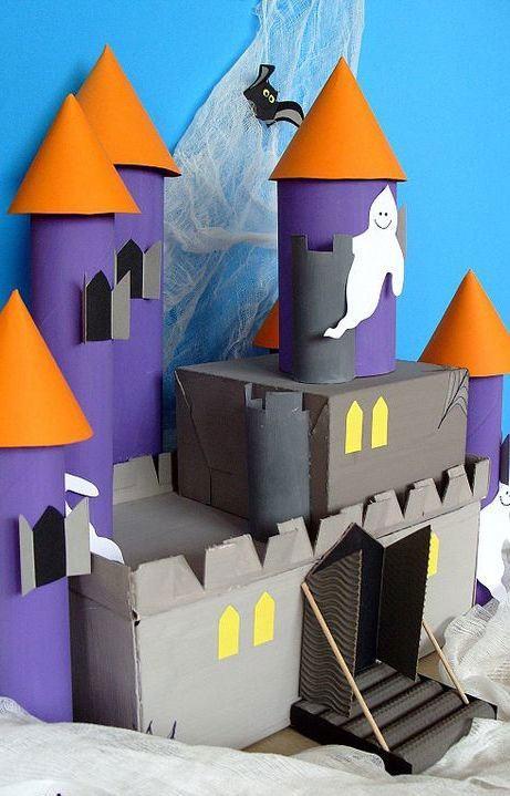 Caixas e papelão usados para montar a decoração do castelo fantasma.