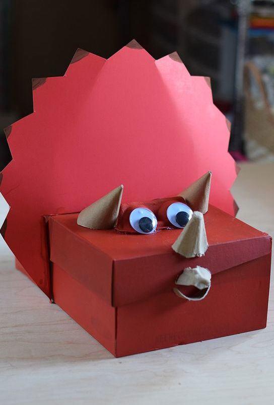 Personagem decorativo vermelho feito com caixa.