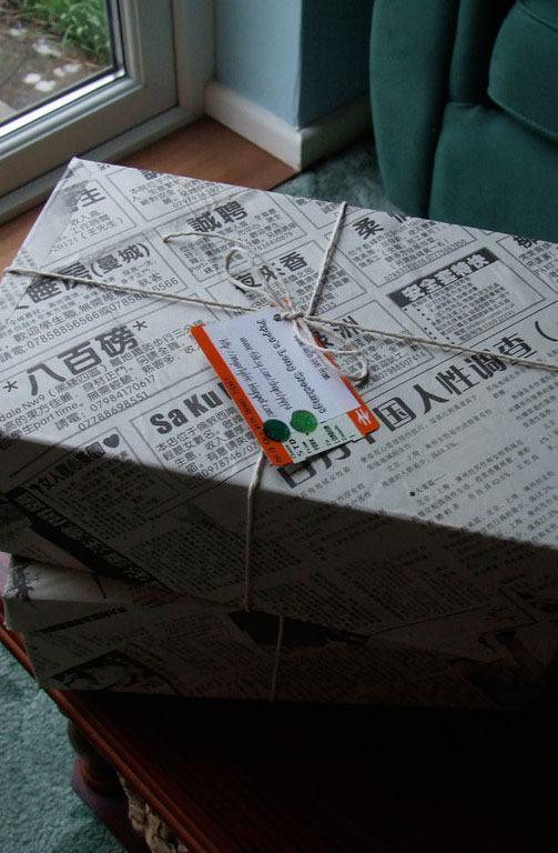 Outra opção é revestir a caixa com recortes de jornal.