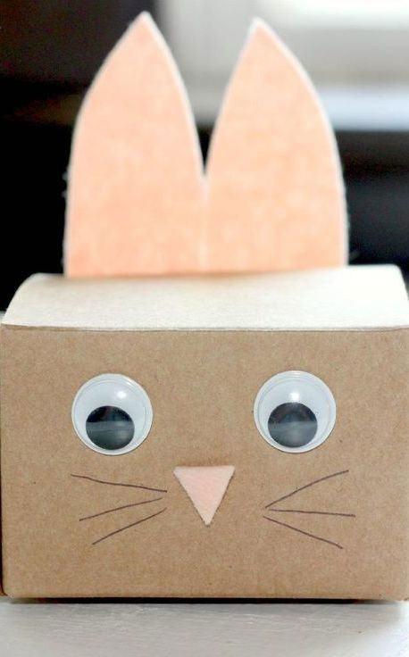 Enfeite com rosto de coelho feito com caixa e feltro.