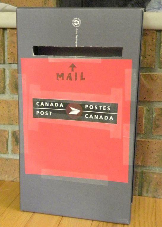 Caixa de correio de brinquedo feito com caixa de sapato adaptada.