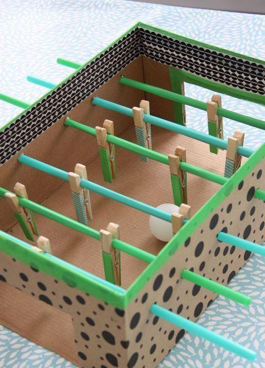 Outra brincadeira de pebolim com caixa de sapato e pregadores.