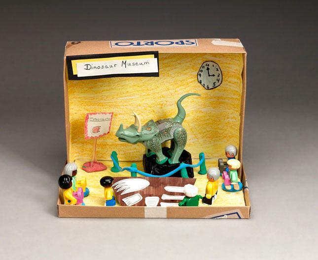 Brincadeirinha de museu dos dinossauros em caixa de sapato.