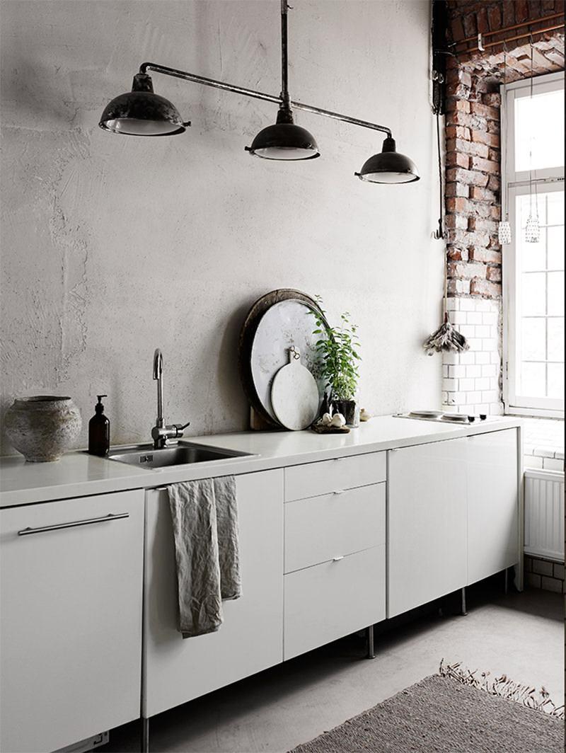 Mesmo com uma proposta mais rústica, o estilo clean predomina pelas cores do ambiente