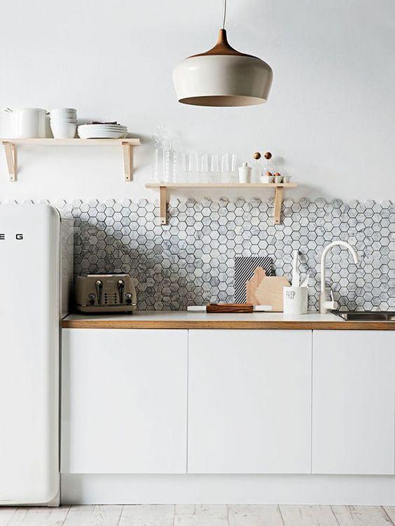 O trabalho feito nas paredes é moderno e quebra o visual branco da parede