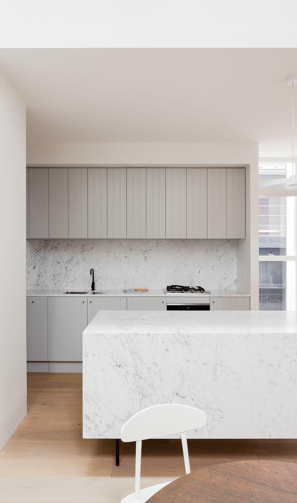 Monte uma cozinha clean com decoração cinza e branco