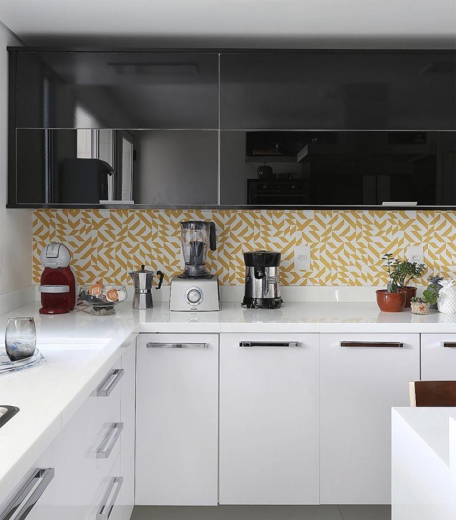 Com o visual mais retrô, a cozinha pode ganhar ladrilhos discretos e modernos