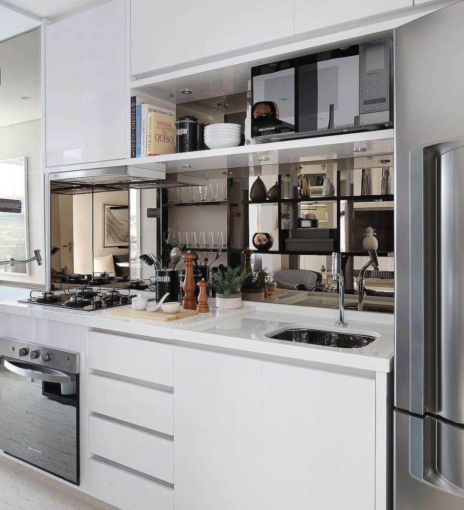 O fundo espelhado deu mais elegância e charme para essa cozinha