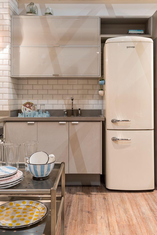 Cozinha clean com decoração fendi e off white