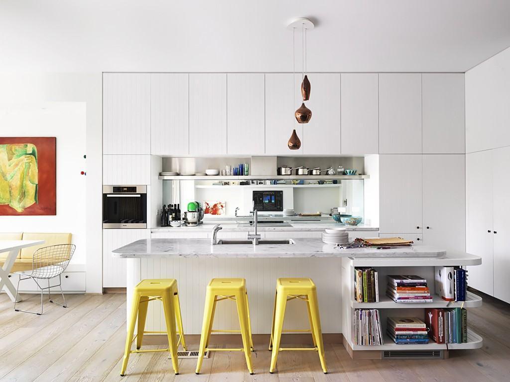 As banquetas amarelas destacaram o lado divertido da cozinha