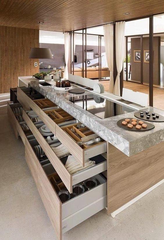 Aproveite a bancada central com gaveteiros para organizar os itens de cozinha