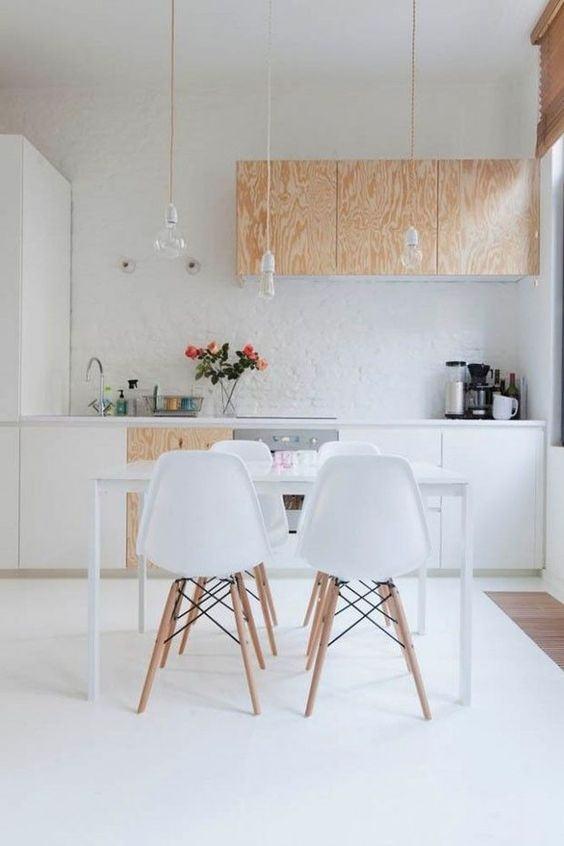 Uma combinação descolada é o tijolo aparente, madeira clara e cadeiras Eames
