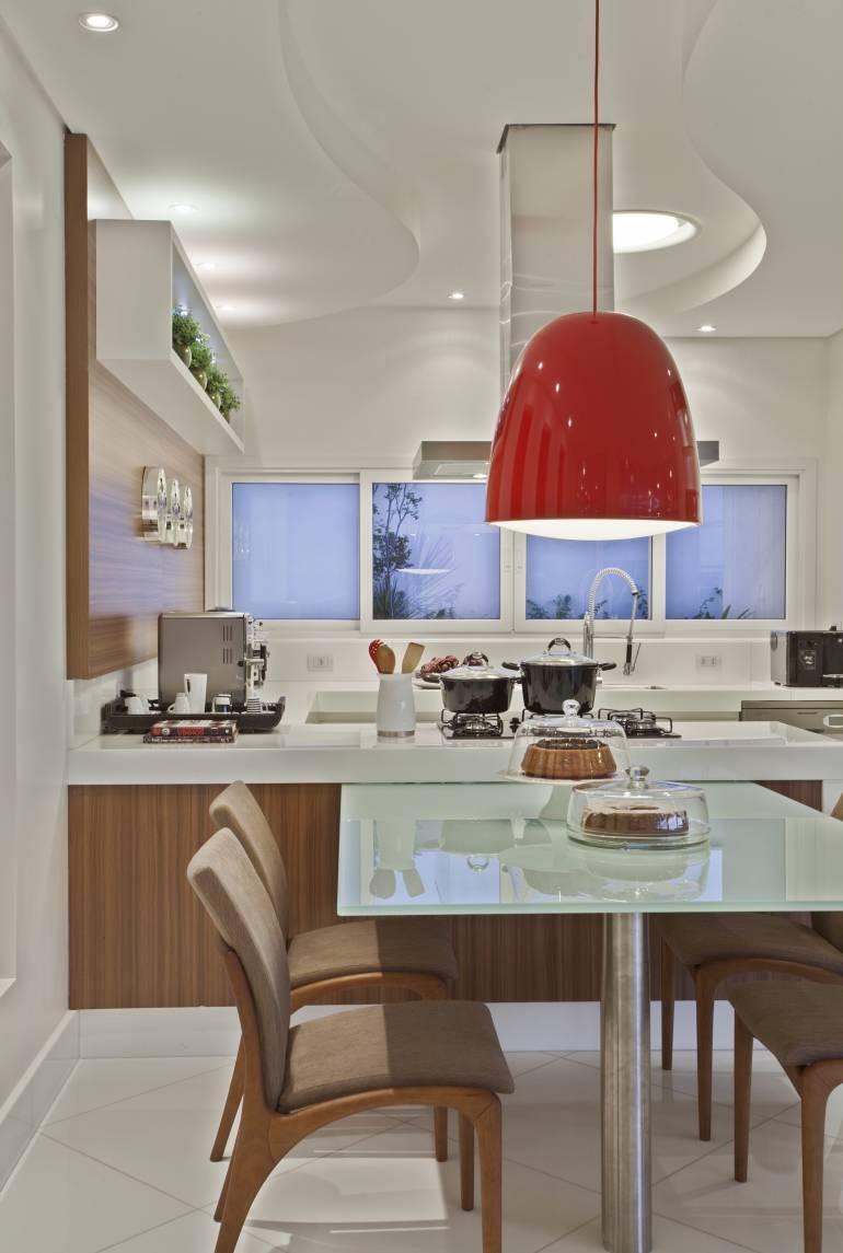 Para dar um toque de cor na cozinha, que tal colocar uma luminária colorida pendente?