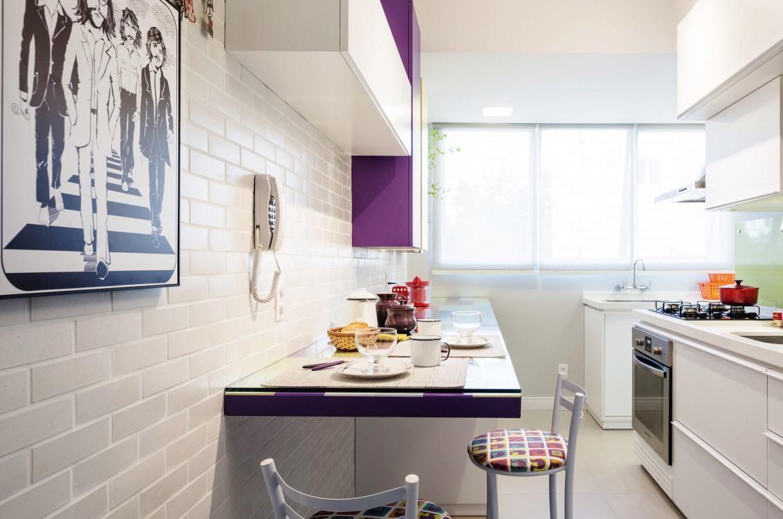 O toque roxo na marcenaria deixou a cozinha feminina e delicada