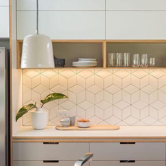 Os azulejos em desenhos geométricos deram personalidade para a cozinha