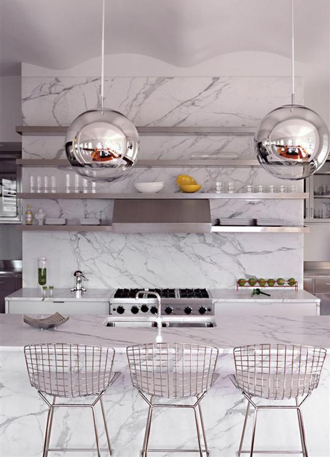 Os elementos em inox ressaltam o estilo da cozinha