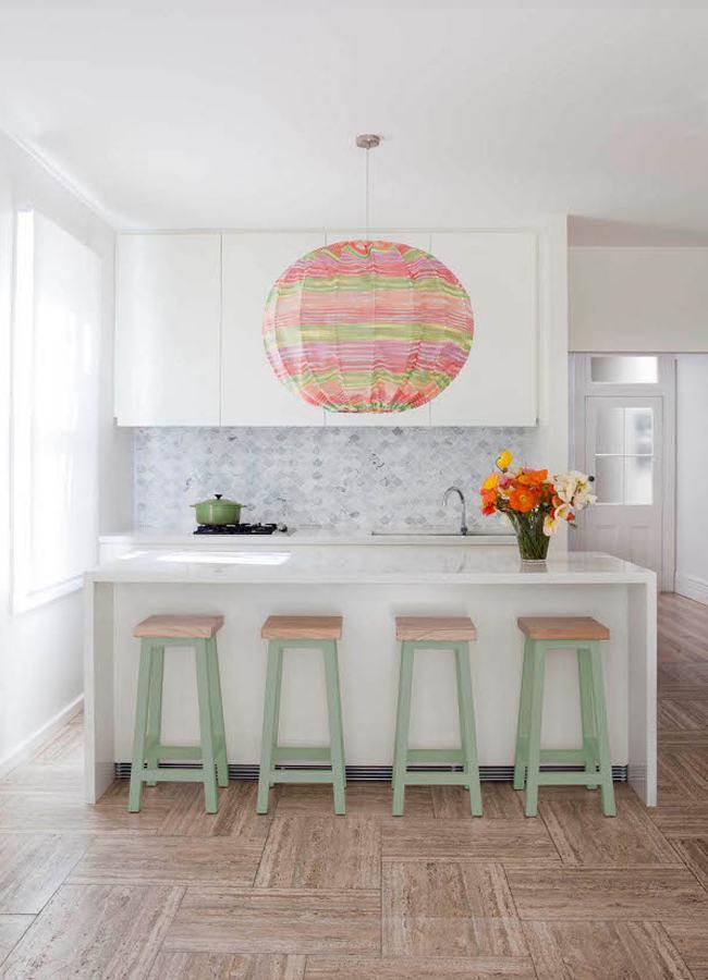 Dê um toque de personalidade na cozinha branca com os itens decorativos