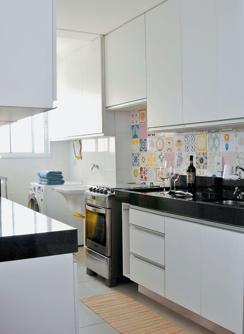 Os ladrilhos levam um toque de cor para a cozinha