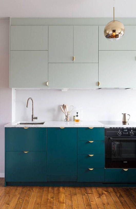 Mesmo com móveis coloridos, a cozinha não deixou de ser clean