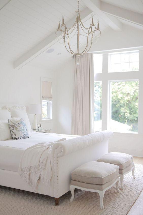 Para um quarto clean, os modelos brancos ou em tons claros são essenciais.
