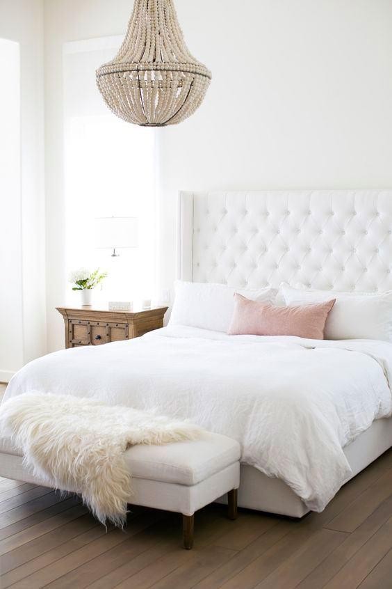 A decoração rustica do quarto de casal pede um acessório que mantenha o estilo.