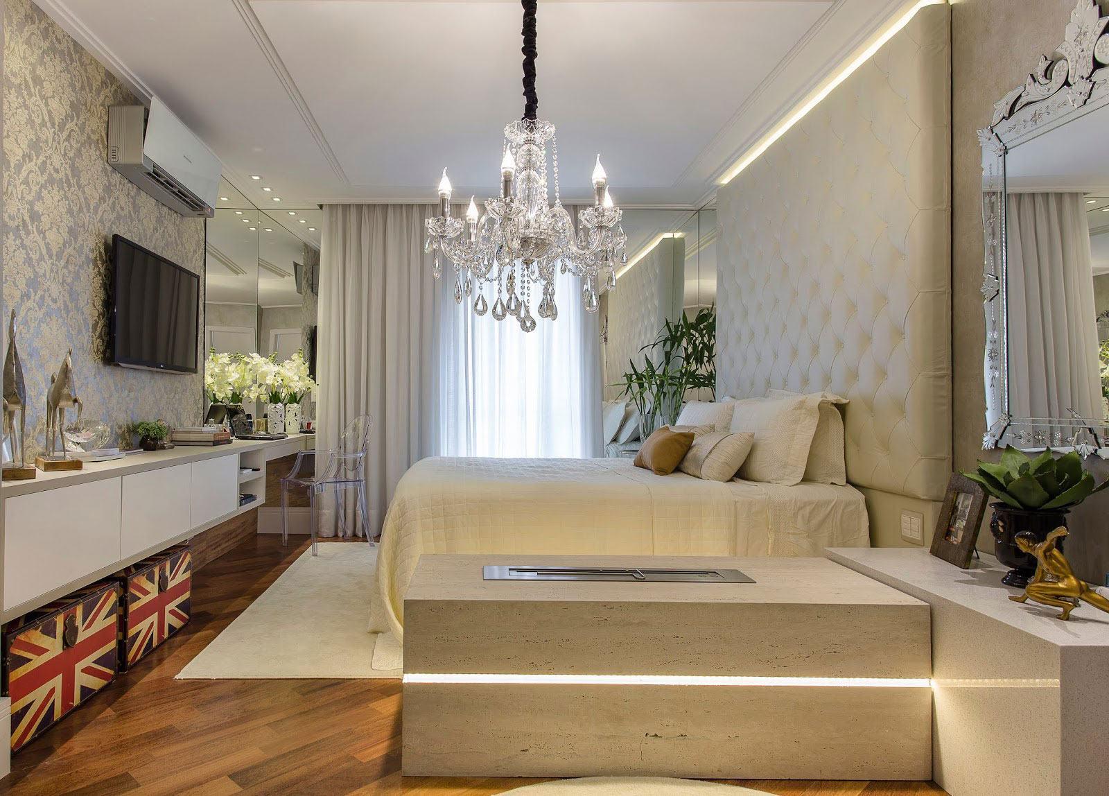 Com a composição elegante do quarto não poderia faltar um belo lustre de cristal