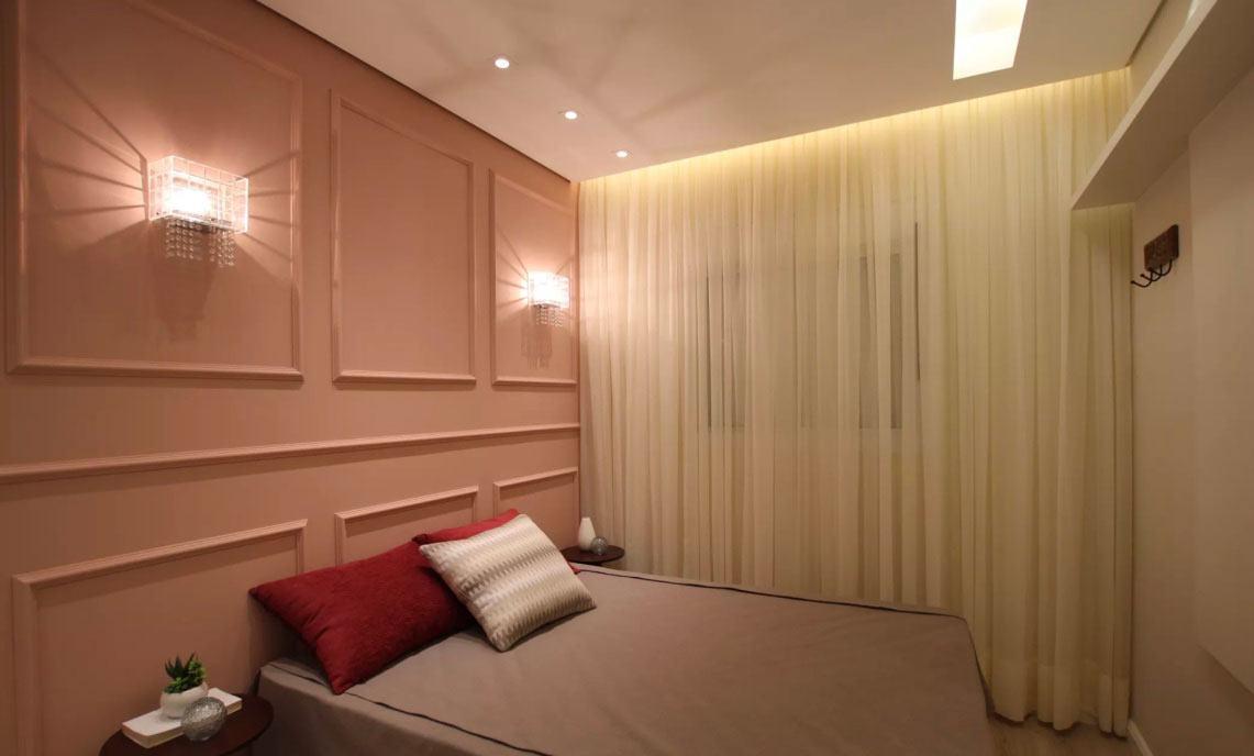 Para manter o estilo clássico do quarto insira dois lustres, tipo arandela, um de cada lado na parede.