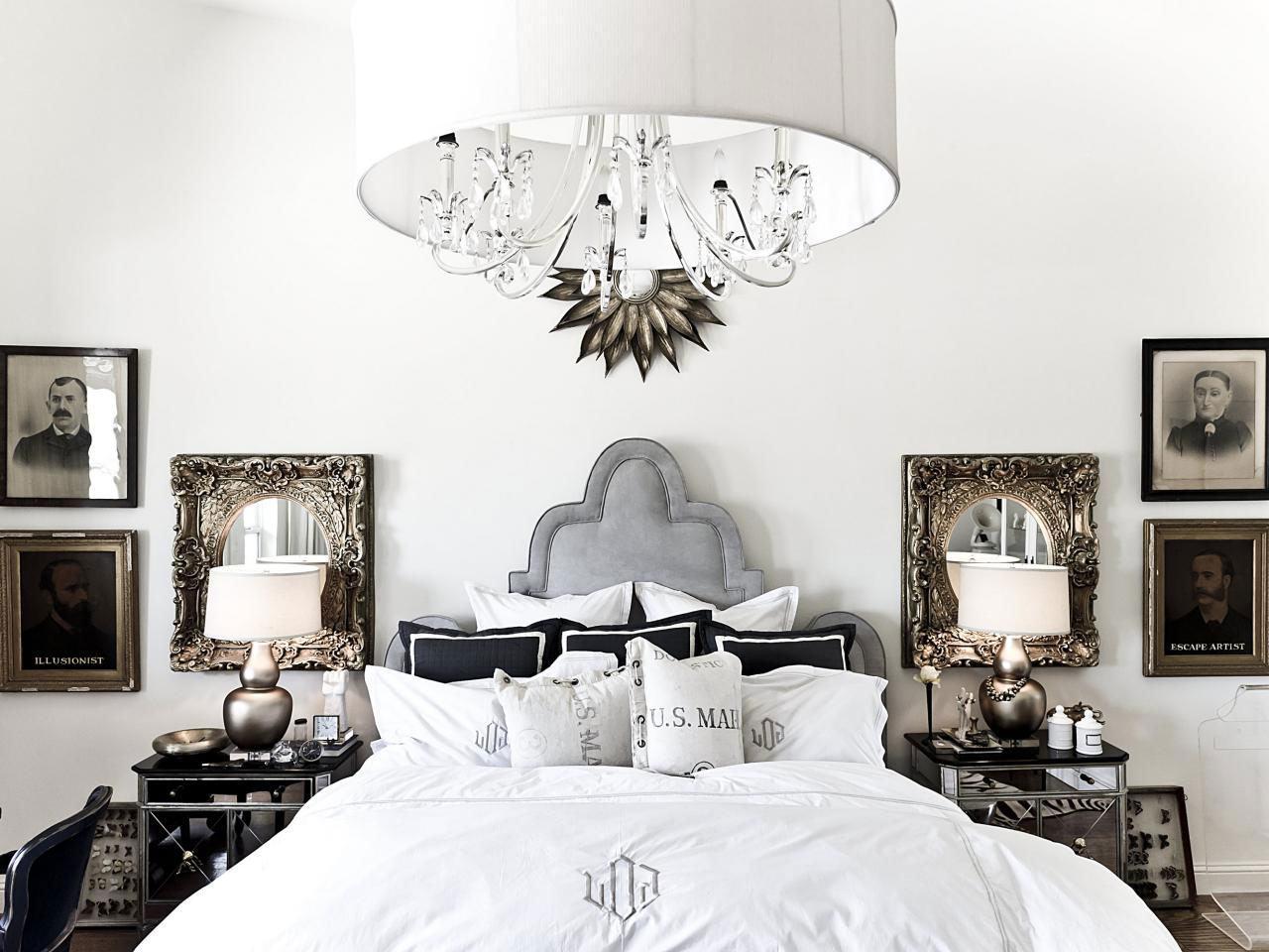 A cúpula envolta do lustre deixa o quarto ainda mais clean.
