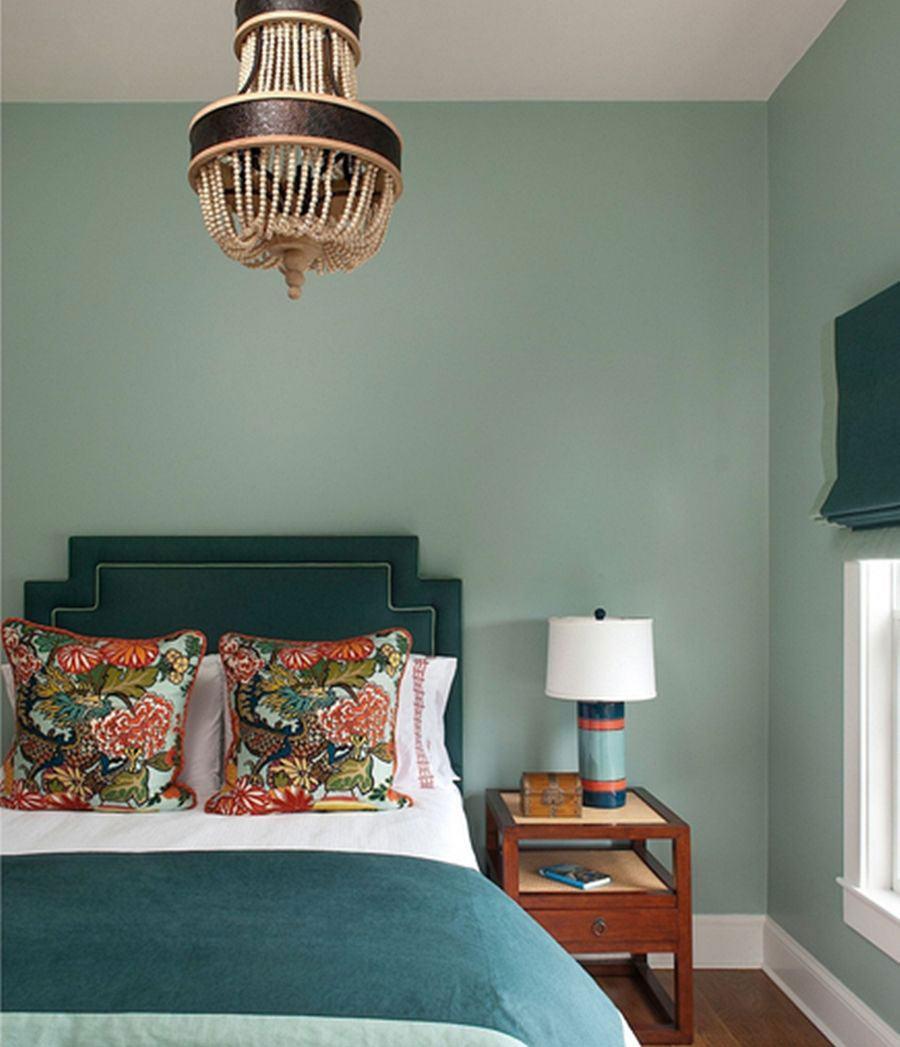 O clima rústico do quarto não perde para o lustre feito com materiais naturais.