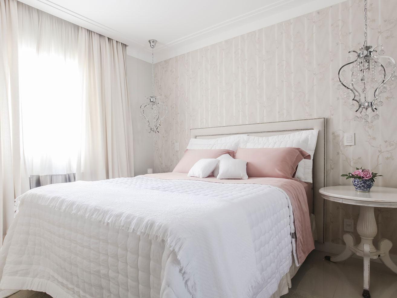 Outra proposta é colocar dois lustres no ambiente, um de cada lado da cama.