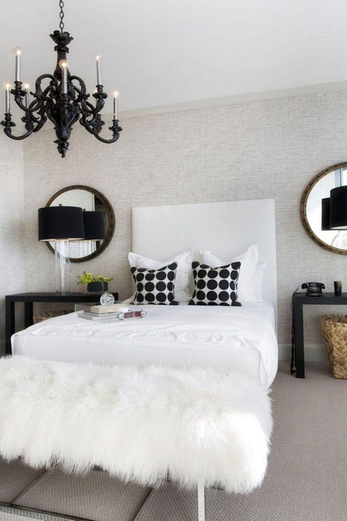 O modelo de candelabro preto seguiu a harmonia da decoração do quarto.