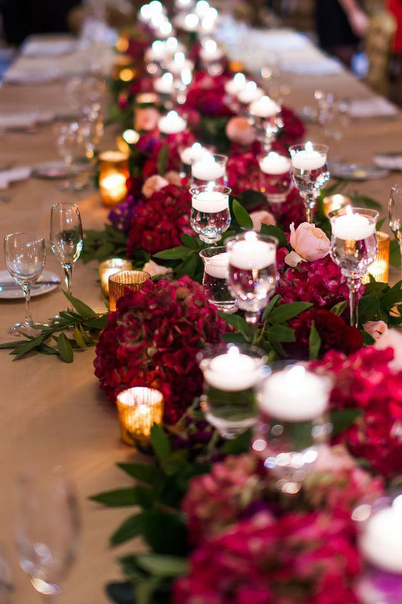 Arranjos baixos de mesa permitem que seus convidados interajam mais.