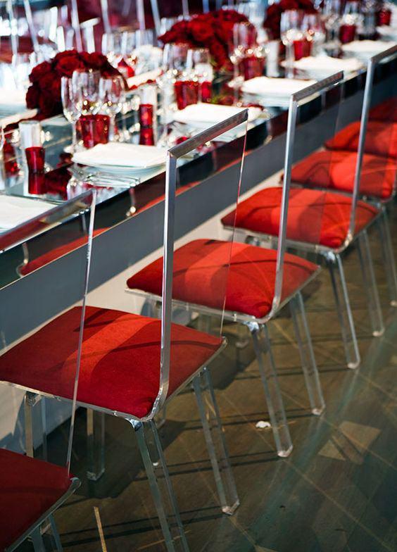 Eleja o vermelho para acompanhar até na almofada da cadeira.