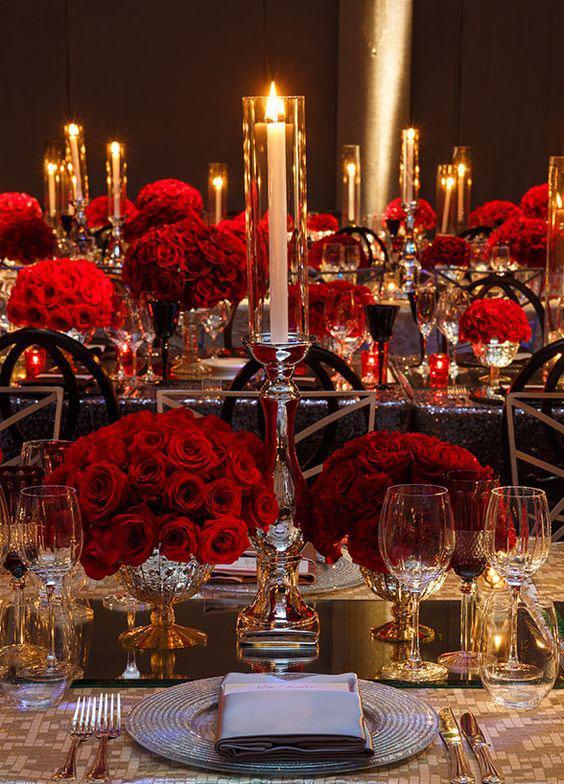Velas e rosas vermelhas deixam o clima bem envolvente.