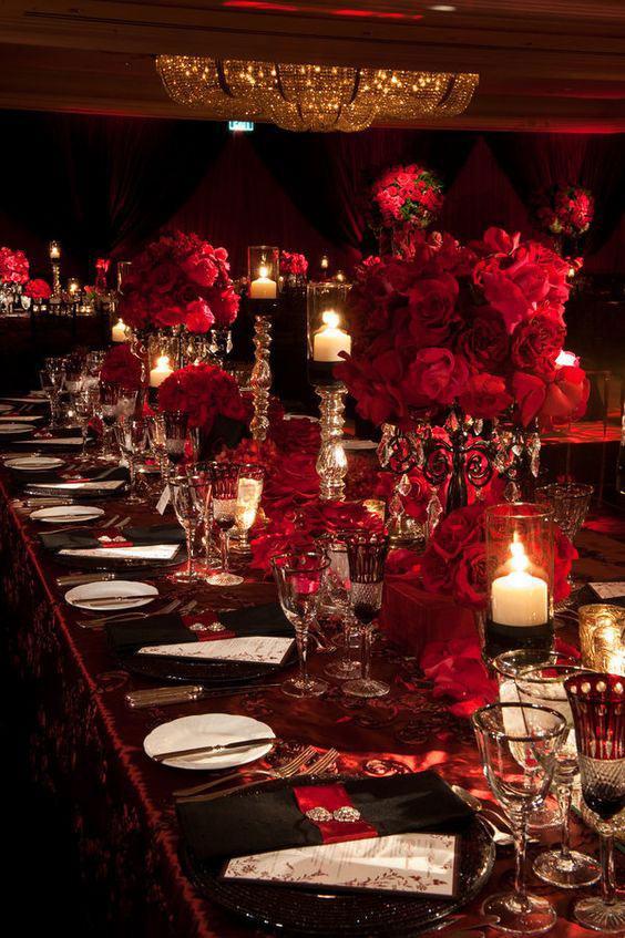 O vermelho está presente em quase todos os elementos do salão.