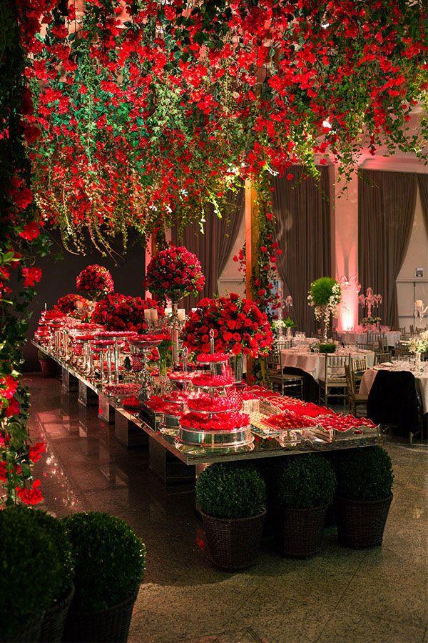 O vermelho se estende até nos docinhos da festa!