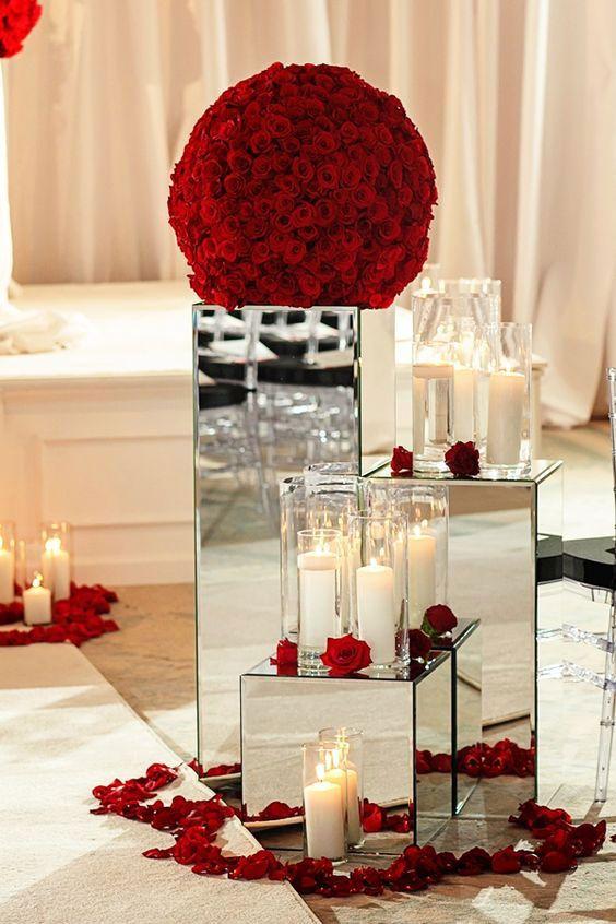 Lounge decorado com pétalas de rosas e velas.