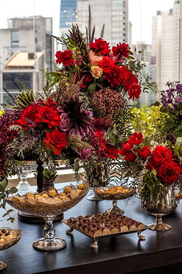 Deixe a mesa de docinhos mais alegre e chamativa com flores vibrantes.