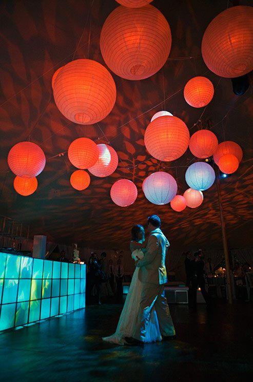 Inspiração asiática com balões na pista de dança.