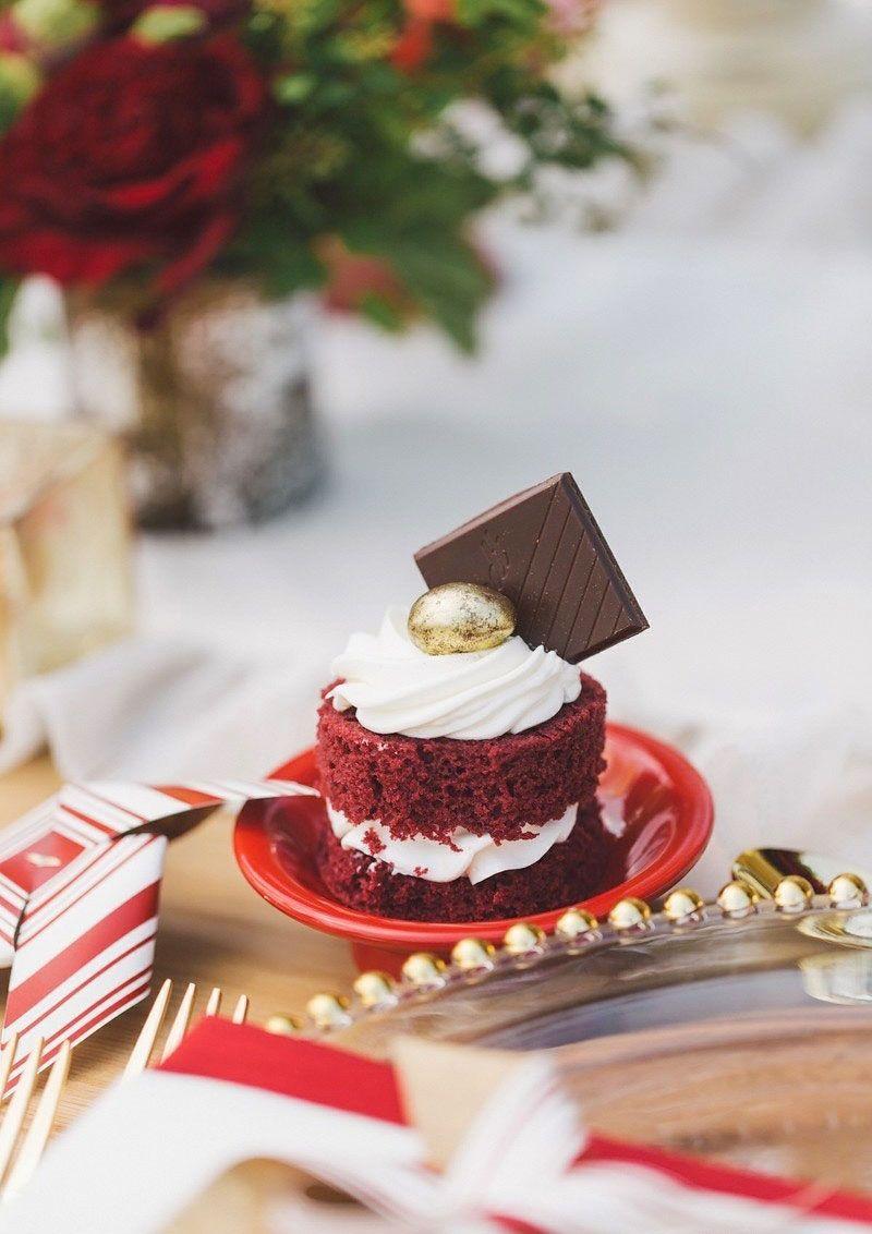 O mini bolo é um mimo gracioso para servir aos convidados.